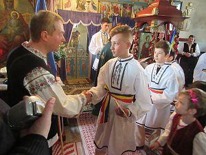 mihai tarnoveanu si copiii carora actiunea Romani pentru romani le-a daruit camasi traditionale
