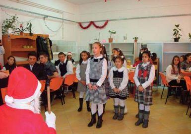 Dulciuri si carti pentru fetitele de la Manastirea Marcus
