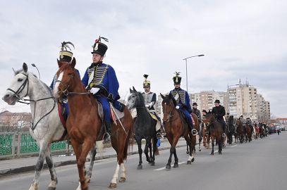 De 15 martie, aproape 100 de husari au parcurs călare drumul de la gară până în centrul oraşului