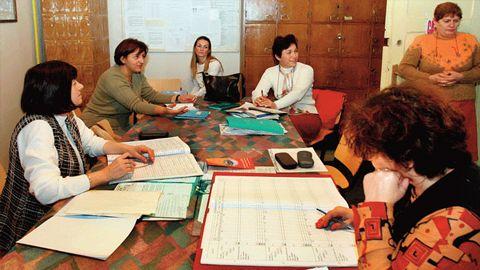 Aproape 700 de educatoare și învăţătoare din judeţ obligate să meargă la facultate