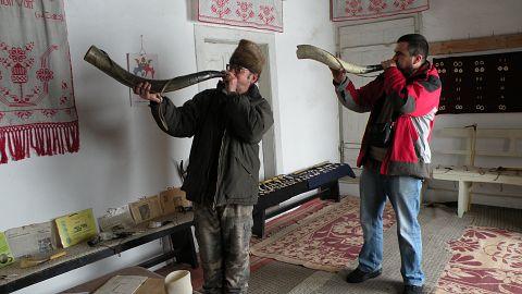 Două coarne de suflat făcute din coarne de bivol şi la care a lucrat mai bine de jumătate de an sunt unele dintre piesele favorite ale lui Fazakas Sándor