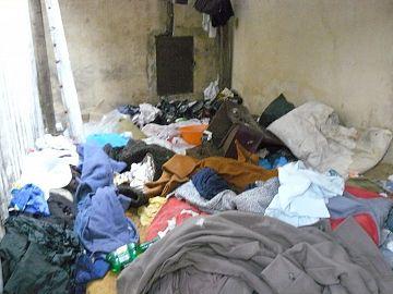 Un bărbat a adunat tot felul de gunoaie într-o încăpere pe care o foloseşte şi ca să bea cu prietenii