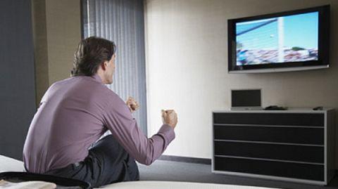 Bărbaţii care petrec peste 20 de ore pe săptămână în faţa televizorului au o calitate a spermei inferioară