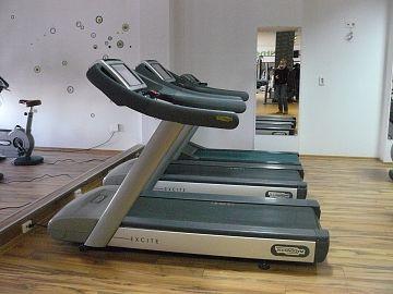 Aparatul de alergare are un dispozitiv cu ecran, astfel cel care aleargă poate naviga între timp pe internet.