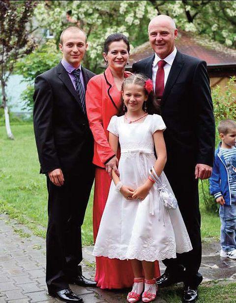 Sorin Popica este foarte mândru de familia sa: pe soţie o cunoaște de când erau copii, are un băiat de 21 de ani care ia moştenit spiritul întreprinzător și o fiică de 10 ani care îi seamănă pe latura sportivă