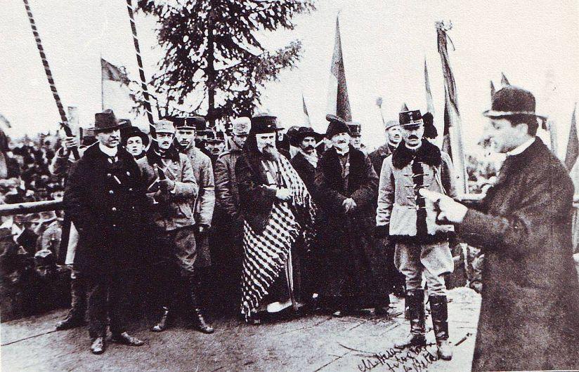 Episcopul Iuliu Hossu dă citire Rezoluției de la Alba Iulia. Sursa foto - Wikipedia