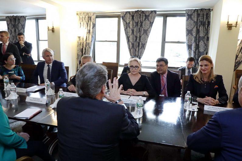 Viorica Dăncilă și Eugen Teodorovici au avut o întrevedere cu Rick Perry, secretarul pentru energie al SUA. Sursa foto - PSD